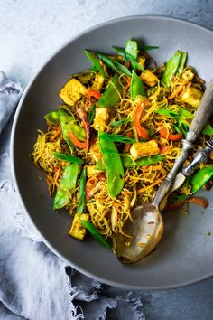 Low Carb Recipes To The Prism Weight Reduction Program Singapore Noodles Stir-Fried Rice Noodles With Curry, Tofu And Vegetablesa Chinese Take Out Menu Classic - Easy Recipe, Vegetarian And Full Of Authentic Flavor # Chinese Vegetables, Mixed Vegetables, Chinese Noodle Dishes, Chinese Food, Fried Rice Noodles, Shrimp Noodles, Asian Noodles, Asian Recipes, Ethnic Recipes