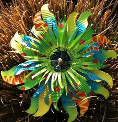 tin can flowers Aluminum Can Flowers, Aluminum Can Crafts, Metal Crafts, Aluminum Cans, Art Crafts, Soda Can Flowers, Tin Flowers, Pop Can Art, Metal Garden Art