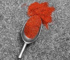 En rub är en torr kryddblandning som ger mycket smak på direkten. Den här paprika- och chilirubben är en riktig höjdare till fläskkött, gärna tjocka revbensspjäll. Se till att gnida in kryddorna ordentligt i köttet för mesta möjliga smak. Rub, Scandinavian Kitchen