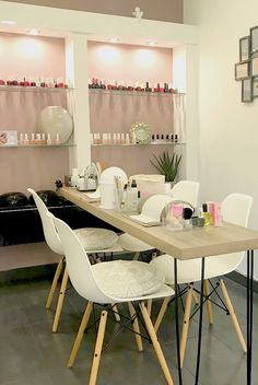 Ideas for manicure salon decor design Home Nail Salon, Nail Salon Design, Nail Salon Decor, Beauty Salon Decor, Salon Interior Design, Beauty Salon Design, White Interior Design, Beauty Salon Interior, Room Interior