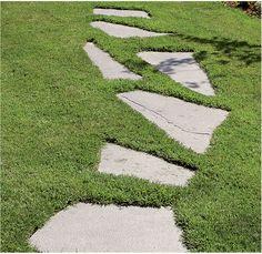 . Liuskekivipolku ohjaa kulkua ja samalla suojaa nurmikkoa kulumiselta.