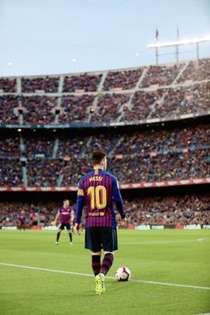 tito per sempre eterno — Lionel Messi of FC Barcelona looks on during. Club Football, Neymar Football, Messi Soccer, Best Football Players, Solo Soccer, Soccer Tips, Nike Soccer, Soccer Cleats, Fc Barcelona