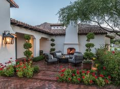 Este proyecto incluye un hermoso diseño de terraza con flores y una chimenea. Proyecto: Arcadia Colonial Española Phoenix. Diseño: Greey Pickett Arquitectos. Fotografia: Scott Sandler Outdoor Patio Designs, Outdoor Garden Decor, Outdoor Kitchen Design, Pergola Designs, Outdoor Projects, Diy Projects, Pergola Patio, Backyard Patio, Gazebo