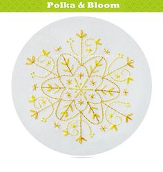 Embroidery Pattern Gold Snowflake Christmas par polkaandbloom