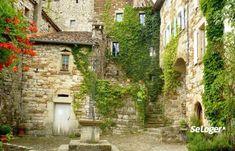 Si vous cherchez une destination de vacances, rendez-vous en Ardèche, dans la région Auvergne-Rhône-Alpes. Vous pourrez y admirer de nombreux villages classés parmi les plus beaux de France. Beaux Villages, Destinations, House Landscape, Provence France, France Travel, World Traveler, Beach Trip, Beautiful Homes, Road Trip