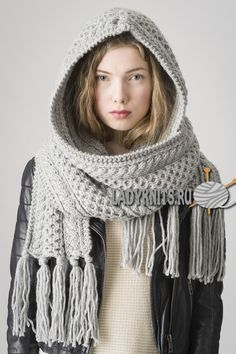 Вязаный спицами стильный шарф-капюшон с косами