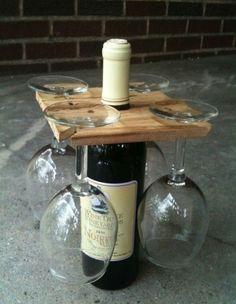 Glazenrek en wijnfles