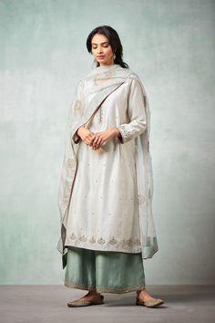 Embroidery designs for suits salwar kameez party wear ideas Pakistani Fashion Casual, Pakistani Dresses Casual, Pakistani Bridal Dresses, Asian Fashion, Fashion Fall, Fashion Outfits, Pakistani Designer Suits, Pakistani Dress Design, Indian Designer Wear