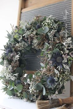 Love this for my old door on the patio! - Deko - Love this for my old door on the patio! Christmas Door Wreaths, Christmas Decorations, Holiday Decor, Natural Christmas, Rustic Christmas, Navidad Natural, Decoration Inspiration, How To Make Wreaths, Floral Arrangements