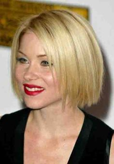 Christina Applegate with her hair cut into a classic chin length bob with minimal texturing. Her hair color is a medium blonde with pearl and ash streaks. Short Straight Hair, Short Hair Cuts For Women, Short Cuts, Long Straight Hairstyles, Bob Cuts, Thick Hair, Curly Hair Styles, Natural Hair Styles, Chin Length Hair