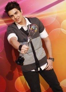 Lu-Tricampeão dos Melhores do Ano : Luan foi eleito  o melhor cantor do ano de 2012 no Troféu do Domingão do Faustão | fcolsabussola