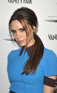 Victoria Beckham la escoge en la nuca, ladeada y con raya al lado soltando algunos mechones alrededor del pelo de modo que restan sobriedad al look.