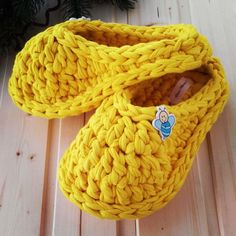 Videotutoriales – Pantunflas – Zapatillas – Trapillo – Crochet XXL – Comando Craft Crochet Mittens Free Pattern, Crochet Shoes Pattern, Crochet Stitches Patterns, Kids Slippers, Knitted Slippers, Crochet Baby Boots, Crochet Beanie, Crochet Sole, Knit Shoes