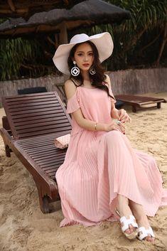ชุดเดรสยาว ผ้าชีฟองเนื้อดี สีชมพู สายเดี่ยวเปิดไหล่ สายที่ไหล่ปรับความยาวได้ รหัสสินค้า SC5106 ราคา 720 บาท Line id: thaishoponline