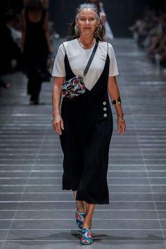 Csodaszép 58 éves nő vonult a Vogue Australia kifutóján