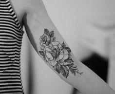 tattoo-am-oberarm-rose-gestalten-schwarz-farbe-blumen-damen