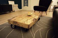 *[V1]*  Der Couchtisch ist circa 25cm hoch, steht auf vier Industrierollen und die alte Holzplatte gibt dem Tisch einen einzigartigen Charakter. ...