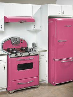 retro-pink-kitchen my kind of house Retro Pink Kitchens, Hot Pink Kitchen, Nice Kitchen, Awesome Kitchen, Green Kitchen, Kitchen Oven, Beautiful Kitchen, Kitchen Colors, Kitchen Stuff
