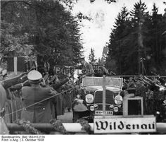 Der Führer passiert bei Wildenau unter dem Jubel der begeisterten Egerländer die ehemalige deutsch-tschecho-slowakische Grenze 3.10.38