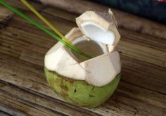 Fact or Hype: Is Coconut Water Better than Sports Drink? - Health Tips & Diet Recipes Healthy Drinks, Get Healthy, Healthy Life, Healthy Living, Healthy Foods, Coconut Water Benefits, Weight Loss Water, Sports Drink, Nutrition