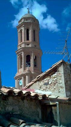 Para este miércoles os dejo esta fotografía de nuestro pueblo Crivillén: la torre entre tejados