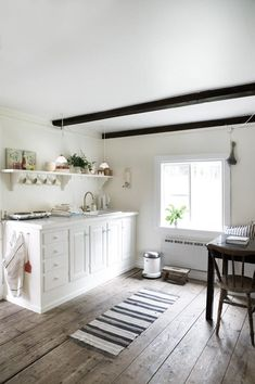 Bright and modern country kitchen with white cabinets and open shelving. Kitchen Design Decor, Beautiful Interiors, Marble Dining Table Set, Furniture, Home, Interior, Country Kitchen Layouts, Home Decor, Scandinavian Cottage