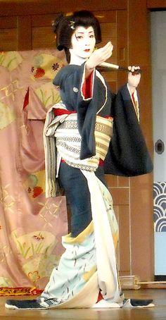 In the first act, the senior maiko were in a silk shop looking at kimono bolts. Japanese Geisha, Japanese Beauty, Japanese Kimono, Japanese Art, Geisha Japan, Kyoto, Samurai, Geisha Art, Memoirs Of A Geisha