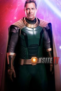 """While a behind-the-scenes photo did spoil the reveal, The CW has now released an official first look at The Flash star Tom Cavanagh suited up in his new role as Pariah for """"Crisis on Infinite Earths. Brandon Routh, Lex Luthor, Superman, Tyler Hoechlin, Batwoman, Supergirl, Anti Monitor, Dc Comics, Eobard Thawne"""