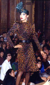 Imprimé panthère. Un effet très sexy pour un motif très graphique, repris ensuite par de nombreuses maisons de couture. Yves Saint-Laurent fut également le premier couturier à faire défiler des mannequins noirs, dès les années 70. (Crédit :Fondation Pierre-Bergé-Yves-Saint-Laurent)