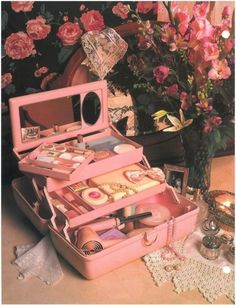 45 Brilliant Makeup Organizer Storage Ideas for Girls Caboodle from the So retro Vintage 80s Aesthetic, Aesthetic Vintage, Daddy Aesthetic, Aesthetic Beauty, Aesthetic Videos, Aesthetic Makeup, Aesthetic Photo, Vintage Beauty, Photowall Ideas