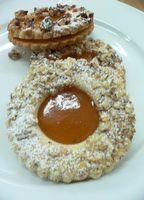 Anyaghányad:60 dkg liszt40 dkg margarin 20 dkg porcukor1 db tojás0,5 dkg sütőporcitromhéj, vaniliáscukorGyártás menete:Előkészítés:Kimérjük az anyagokat, átszitáljuk a lisztet. Előkészítjük az eszközöket.Tészta begyúrása:Az alábbi videóban látható. A linzer… Hungarian Cookies, Hungarian Recipes, Sweet And Salty, Doughnut, Food To Make, Biscuits, Oatmeal, Food And Drink, Sweets