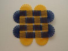 Modro-žlutý propletenec.
