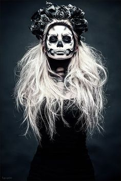 Are you looking for ideas for your Halloween make-up? Navigate here for scary Halloween makeup looks. Halloween Makeup Sugar Skull, Halloween Contacts, Sugar Skull Makeup, Sugar Skulls, Candy Skulls, Sugar Skull Costume Diy, Looks Halloween, Halloween 2018, Halloween Party