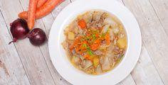 """Warum hat Weißkohl eigentlich einen so schlechten Ruf bei vielen? Als ich sagte, dass ich mir am Abend Kohlsuppe machen werde kam von vielen erst Mal: """"Bäääh, wirklich?"""". Ja wirklich, ich hatte nämlich verdammt Lust drauf! An der Arbeit sind bei uns die Heizungen ausgefallen, nach dem kalten durchgefrorenen Tag ist so eine heiße Suppe genau das richtige. Außerdem einfach zuzubereiten und sehr gesund - Weißkohl ist eigentlich ein richtiges Superfood!"""