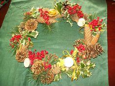 corona rossa verde con rosa di cera d'api