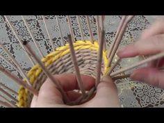 Как спрятать кончики газетных трубочек в плетение - YouTube