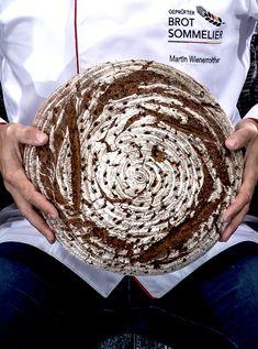 """""""Hallo! Hier bin ich wieder - Dein Flacher Laib, #Brot des Monats #April beim Wienerroither. ❤️ Weißt Du, dass ich ein ganz besonderes Verhältnis zu meinen Bäckern habe? 🥰 Vor dem #Backen werde ich nämlich nochmals herzlich gedrückt - und zwar von oben. Daher auch meine wunderbar breite und flache Form, die meine #Krume schön kompakt hält und viel Platz für meine rösche #Kruste bietet. 😋 Ma guat!"""" Product Page, Form, Cordial, Bakken, Simple"""