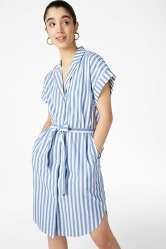 A classic short-sleeved shirt dress with neat pockets hidden in the side seams. Tie a bow and you're good to go 3 In a size small the chest width is 111 cm Dress Skirt, Wrap Dress, Shirt Dress, Summer Fashion Trends, Trending Now, Monki, Clothes For Sale, New Outfits, Diy Fashion