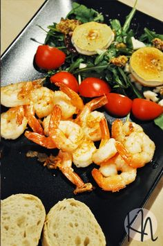 Shrimp in butter with herbs and salad with goat cheese