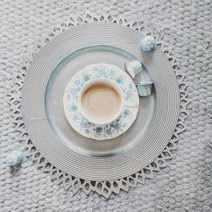 Nigdzie się dziś nie śpieszę. Niczego nie muszę. Wizja dnia spędzonego w szlafroku bardzo mi odpowiada. Chociaż może upiekę coś pysznego. Dobre jedzonko to dobry pomysł  a Wam życzę dobrego dnia! . . . #coffeelover #coffee #coffeeshots #simplepleasure #goodmorning #hello #saturday
