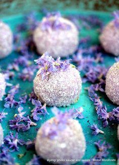 『春野~Haruno』Ricecake confectioneries flavored with greentea and rosemary. *styling / photo / saucer and sweets : Midori Morohoshi(http://ameblo.jp/greenonthetable/imagelist.html)