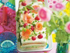 Qu'est ce que c'est ?Si on traduit, ça donne «gâteau-sandwich» en français, ça veut tout dire! Voici une version novatrice et plus moderne du pain surprise…... Sandwich Cake, Tea Sandwiches, Pain Surprise, Napoleon Cake, Tea Loaf, Honey Cake, Party Trays, Salty Cake, Happy Foods