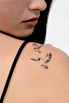 Suzi Tattoo ▷ Les meilleures idées pour un tatouage oiseau et sa signification, ▷ Les meilleures idées pour un tatouage oiseau et sa signification Formidable idée tattoo signification oiseau tatouage cool idée Tattoo. Stylish Tattoo, Trendy Tattoos, Mini Tattoos, Cute Tattoos, Body Art Tattoos, Tatoos, Feminine Tattoos, Arm Tattoos, Awesome Tattoos