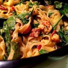 Kräftpasta med soltorkade tomater, vitlök och spenat Seafood Recipes, Pasta Recipes, Vegetarian Recipes, Snack Recipes, Cooking Recipes, Healthy Recipes, I Love Food, Good Food, Yummy Food