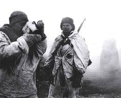 Um soldado soviético gosta de seu muito cota diária de boas-vindas de 100 gramas de vodka de uma lata bagunça alemão como seu companheiro olha com inveja
