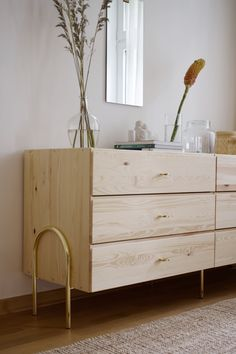 Commode IKEA Ivar au laurel avec nos pieds Hedvig Arch et nos boutons Stina ajoutant un peu de glamour.  Redo Furniture, Diy Projects For Couples, Furniture Hacks, Tv Unit Decor, Room Decor Bedroom, Bedroom Decor, Cool Furniture, Simple Furniture, Minimalist Home