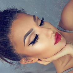 Nackte Augen Make-up Katzenauge und rote Lippen Flawless Makeup, Gorgeous Makeup, Pretty Makeup, Love Makeup, Perfect Makeup, Perfect Eyebrows, Makeup Looks With Red Lips, Classy Makeup, Glamour Makeup