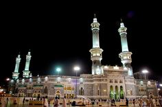 Beautiful photos of Masjidil Haram in Makkah (nighttime) Coldest Place On Earth, Garden Of Allah, Muslim Quran, Masjid Al Haram, Beautiful Mosques, Mecca, Night Time, Places, Photography