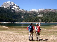"""Crno jezero  Na preko 1.500 metara nadmorske visine nalazi se 18 ledničkih jezera. U ovim krajevima nazivaju ih """"gorske oči"""". Najveće i najljepše je Crno jezero. Ime je dobilo zbog odraza visoke četinarske šume koja ga okružuje. Čitavom bajkovitim pejzažom dominira gorostasni vrh Međed koji se izdiže iznad jezera."""