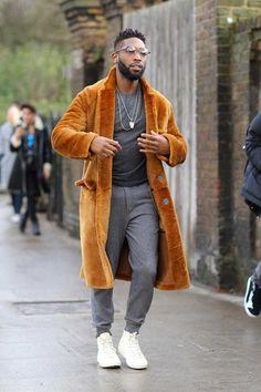 pantaloni joggeri de trening gri ghete Stan Smith albe, lant cruce, inele, bratari, haina lunga maro cu guler de vulpe?